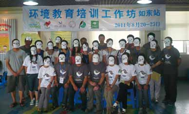 Participants of the education training workshop in Xiao Yan Kou, Rudong in Jiangsu Province wearing masks of Spoon-billed Sandpiper. © Vivian Fu