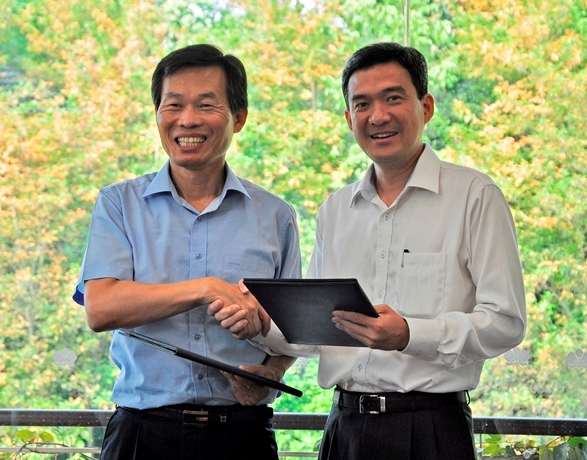 Mayor Na So-Yeol of Seocheon County and Mr. Poon Hong Yuen, CEO of National Parks Board shaking their hands after signing the agreement © Sungei Buloh Wetland Reserve