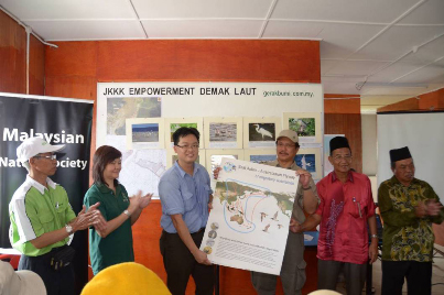 Yeap (MNS) presenting the EAA Flyway poster to Dr Hazland as a token of appreciation © Malaysian Nature Society