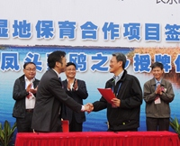 Mr. Adam Koo (on the right), CEO of WWF-Hong Kong, signing an MoU with Mr. Hangxing Chen, the Vice Mayor of Changle City in the Project Launch Ceremony © WWF-Hong Kong